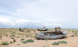 Weinleseszene mit den alten getragenen Booten an Land gesehen Lizenzfreie Stockfotos