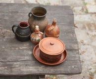 Weinlesetöpfe auf einem Holztisch stockfoto