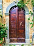 Weinlesetür, -monster und -geschichte in Civita di Bagnoregio, Stadt in der Provinz von Viterbo, Italien lizenzfreie stockbilder