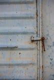 Weinlesetür oder alte Tür mit enger Lage, die alte zugeschlossene Tür, können den Türursachenschaden nicht führen Lizenzfreie Stockfotos