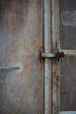 Weinlesetür oder alte Tür mit enger Lage, die alte zugeschlossene Tür, können den Türursachenschaden nicht führen Stockfotos