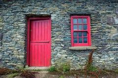 Weinlesetür und -fenster auf einer Fassade eines alten Häuschens in Irland Lizenzfreies Stockbild