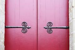 2 Weinlesetüren mit roter Malerei und Metall partten Stockbilder