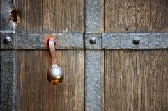 Weinlesetürgriff auf hölzerner Tür Lizenzfreies Stockbild