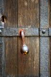 Weinlesetürgriff auf hölzerner Tür Lizenzfreie Stockfotos