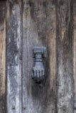 Weinlesetürklopfer I die Form einer menschlichen Hand Stockbild