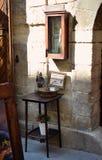 Weinlesetabelle mit Kaffee auf alter Straße Lizenzfreie Stockfotos