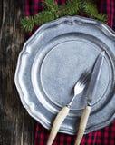 Weinlesetafelsilber auf rustikaler Metallplatte für Weihnachtsessen Lizenzfreie Stockbilder