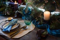 Weinlesetafelsilber mit einem Zweig des Rosmarins und des Empty tag auf rustikalem hölzernem Hintergrund Stockfotos