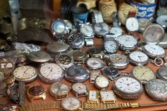 Weinlesetasche und -armbanduhr im Regal in der großen Menge lizenzfreies stockfoto