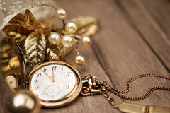 Weinlesetaschenuhr, die fünf bis zwölf und goldenes decoratio zeigt Lizenzfreie Stockfotos