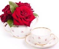 Weinleseteetasse mit Blumen Stockbild