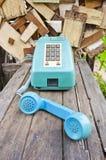Weinlesetelefon auf alter hölzerner Tabelle Stockfotografie