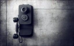 Weinlesetelefon auf Betonmauer Stockfoto