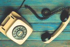 Weinlesetelefon auf blauen hölzernen Brettern Stockfoto