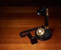 Weinlesetelefon auf hölzernem Schreibtisch stockfotografie