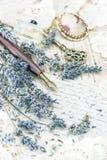 Weinlesetintenstift, Schlüssel, Parfüm, Lavendelblumen und alte Liebe ließen Stockfotografie