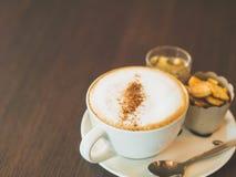 Weinleseton der Schale heißen capuchino Kaffees Stockbilder