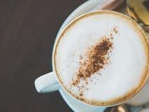 Weinleseton der Schale heißen capuchino Kaffees auf der braunen Tabelle Stockbilder