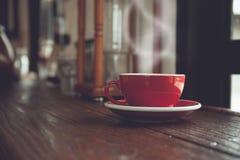 Weinleseton des Tasse Kaffees oder des Tees auf Tabelle Lizenzfreies Stockbild