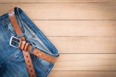 Weinleseton von Blue Jeans auf hölzernem Hintergrund Lizenzfreies Stockfoto