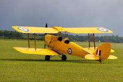Weinlesetrainerflugzeug sitzt bereites zu einem anderen Flug stockbild