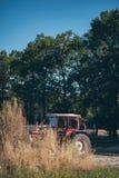 Weinlesetraktor geparkt auf Ackerland stockbild