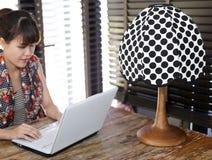 Weinlesetupfenlampe mit absichtlich unscharfer berufstätiger Frau Lizenzfreies Stockfoto