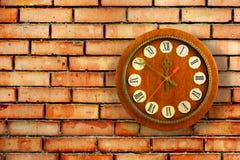 Weinleseuhr auf Hintergrund der Wand des roten Backsteins Stockfotos
