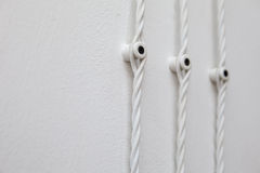 Weinleseverdrahtung auf weißer Wand, elektrischer Draht Stockbild