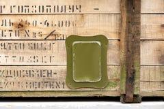 Weinleseverkratzt alter Militärkastengrünspeichermunitionsverschlussstoff Konfliktvaterland-Waffenmänner des Krieges schmutzige g stockbild
