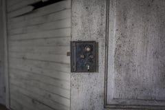 Weinleseverschluß auf einer Holztür Stockfotografie