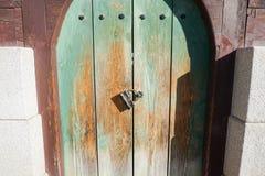 Weinleseverschluß auf grüner Holztür Lizenzfreies Stockbild