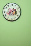Weinlesewandborduhr auf der grünen Wand Lizenzfreies Stockbild