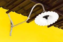 Weinlesewandlampe auf einem gelben Wandhintergrund Stockfotos