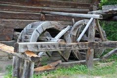 Weinlesewasser-Mühlrad Stockfotografie