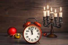 Weinlesewecker, der fünf bis zwölf und Weihnachtsflitter zeigt Stockbild
