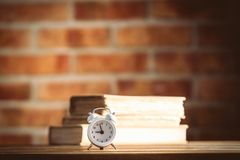 Weinlesewecker und alte Bücher Lizenzfreies Stockfoto