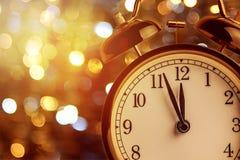 Weinlesewecker zeigt Mitternacht Es ist zwölf O-` Uhr, Weihnachten und bokeh, festliches Konzept des Feiertagsguten rutsch ins ne lizenzfreie stockfotos