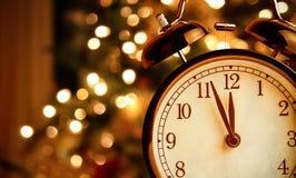 Weinlesewecker zeigt Mitternacht Es ist zwölf O-` Uhr, Weihnachten und bokeh, festliches Konzept des Feiertagsguten rutsch ins ne lizenzfreie stockbilder