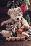 Weinleseweihnachten spielt für Jungen auf hölzernem Hintergrund Stockbild