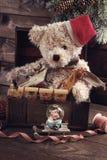 Weinleseweihnachten spielt für Jungen in der alten Schatztruhe Stockbild