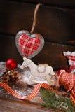 Weinleseweihnachtsdekoration auf hölzernem Hintergrund Stockfotos