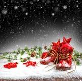 Weinleseweihnachtsdekoration mit antiken Babyschuhen Lizenzfreie Stockfotografie