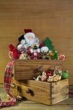 Weinleseweihnachtsdekoration mit Sankt und Holz Stockbilder