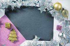 Weinleseweihnachtshintergrund Tannenbaumverzierung tonte Foto Rosa und Goldfunkeln Stockbild