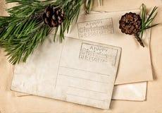 Weinleseweihnachtspostkarte mit Kieferniederlassung Stockbilder