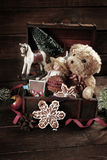Weinleseweihnachtsspielwaren in der alten Schatztruhe Lizenzfreies Stockfoto