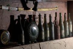 WeinleseWeinkeller mit Flaschen Wein Stockfoto