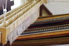 Weinlesewollwebstuhl mit einer mehrfarbigen Wolldecke lizenzfreie stockfotografie